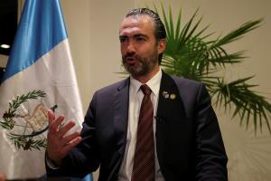 Photo of El exministro guatemalteco prófugo se encuentra en la casa del embajador colombiano